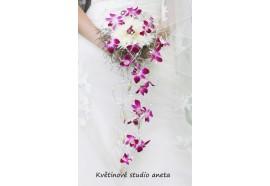 Svatební kytice Veronika-zajímavá kytice z bílých chryzaném a záplavou fialových orchideí. 1320,-.