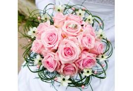 Svatební kytice Michaela - kulatá kytice z růžových růží a pravidelně rozložených kvítků ornitogála...1060,-