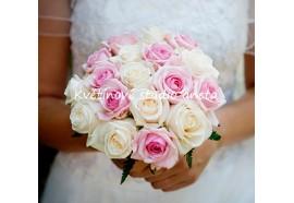 Svatební kytice Pavlína - kulatá svatební kytice z bílých a světle růžových růží 1450,-