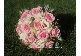 Svatební kytice Heaven - světle růžové růže s fréziemi a eustomou...1350,-