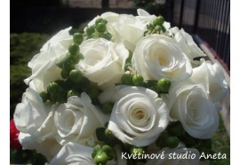 Svatební kytice Anna - svatební kytice z bílých růží a třezalky. 1200,-