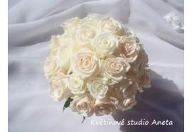 Svatební kytice Lucie - elegantní kombinace bílých a krémových růží s perličkami...1300,-