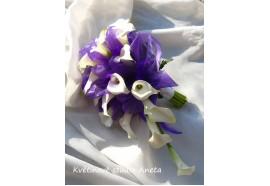 Svatební kytice Andrea z kal - z cca 22 kusů bílých kal prokládaná fialovou organzou a lehce přizdobená zelení...1600,-