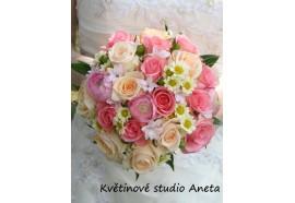 Svatební kytice Pavla -  něžná kulatá svatební kytice z růží, pryskyřníků, chryzantém, hyperica, hyacintů a doplňující zeleně...