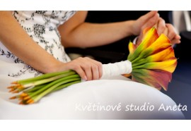 Svatební kytice - žezlo z oranžových kal s širokým úvazkem a stonky zdobenými špendlíky...1450,-