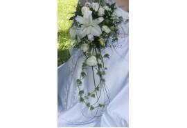 Svatební kytice Martina - Převislá svatební kytice z bílých růží a velkokvětých lilií doplněná gypsophylou a zelení...1750,-