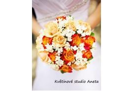 Svatební kytice Bouwardie - kytice z lososových a oranžových růží, doplněná bílou bouwardií. 1360,-