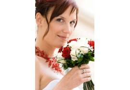 Svatební kytice Miriam -  kulatá svatební kytice z rudých a krémových růží doplněná kvítky ornitogalum...950,-