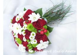 Svatební kytice Merllin - svatební kytice z mixu růží, chryzantém, hyperica atd. s prodlouženými stonky...1420,-