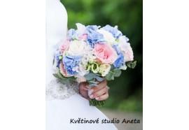 Svatební kytice Ivonello - bohatá kytice z růží, hortenzie, lathyrusu atd. Doplněná stříbrným eukalyptem. 1300,-.