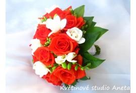 Svatební kytice Iveta - voňavá svatební kytička z tmavě oranžových růží a bílých frézií... 1030,-