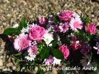 Svatební aranžmá na stůl z růží a gerber...