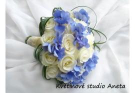 Svatební kytice - hortenzie a bílé růže - s nepravidelně uvázanou zelení ...1150,-