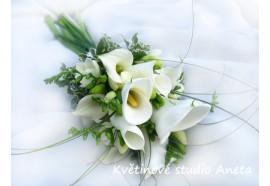 Svatební kytice - Zuzana -  Svatební kytice ze dvou druhů  bílých kal, doplněná fréziemi...1500,-