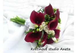 Svatební kytice Kamila - Kaly, růže, frézie a doplňující zeleň...1320,-