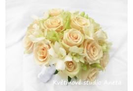 Svatební kytice Lososová - velkokvěté lososové růže doplněné bílou orchideí a štrasy. 1350,-
