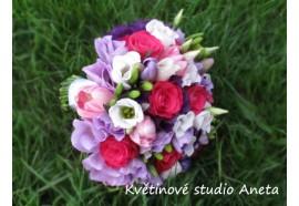 Svatební kytice Luisa - fuchsiově růžové růže, světle růžové tulipány,  doplněné světle a tmavě fialovými květy... 1390,- květy