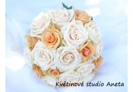 Svatební kytice Petronella - krémové a lososové růžé lehce doplněné perličkami...1150,-