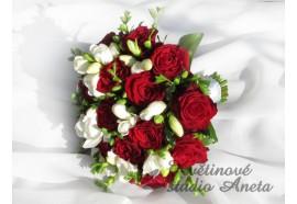 Svatební kytice- Valerie - rudé růže proložené voňavými bílými fréziemi, lehce doplněna zelení...1250,-