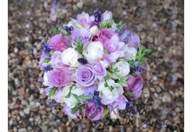 Svatební kytice Levandulová - voňavá kytice v několika odstínech fialové, z růží, frézií a levandule. 1190,-