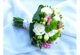 Svatební kytice Jitka - kulatá svatební kytice z mixu květin a dominantní zelení...1150,-