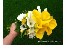 Svatební kytice Míša - žezlo. Žluté a bílé kaly, doplněné mixem květin( frézie, tuipány, sasanky, hypericum...) 1600,-