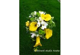Svatební kytice Petra II. -  polopřevislá svatební kytice ze žlutých kal, bílých frézií a doplňujícího materiálu...1350,-