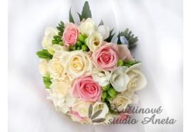 Svatební kytice Simona - velmi něžná svatební kytice z krémových, růžových růží a bílých frézií lehce doplněna zelení...1290,-