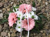 Svatební aranžmá na stůl z růžových germín...