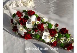 Svatební kytice Ilona - kytice vytvořena pomocí crush techniky, doplněná květy pahalenopsisu, růží aj.