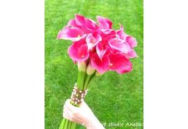 Svatební kytice Darina - z cca 17-ti kusů kal, konce stonků ozdobené vekými špendlíky a úvazkem z drátů a perliček...1390,-