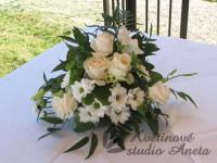 Svatební aranžmá na oltář bílo krémové...