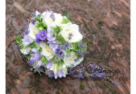 Svatební kytice Fialková - světle smetanové růže prokládané fialovými fréziemi s jemným detailem saintpaulie s levandulí... 1110