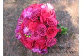 Svatební kytice Fuchsiová - svatební kytice ve dvou odstínech tmavě růžových růží, doplněná fréziemi. 1490,-