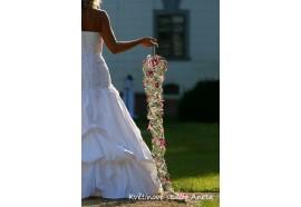 Long Train-netradiční doplněk nevěsty s proplétaných drátků a květů. Cena se pohybuje od cca 800,- - 2500,-.