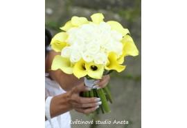 Svatební kytice z kal a růží Martina - bílé růže lemované žlutými kalami s dlouhými stonky...1750,-