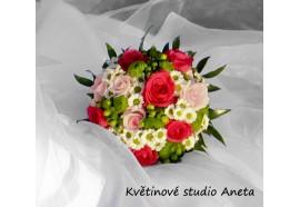 Svatební kytice Fontána - menší něžná kulatá svatebí kytice z růží, chryzantém, hyperica, a doplňující zeleně...1150,-