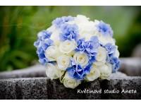 Svatební kytice bílé růže a hortenzie s gypsophylou...