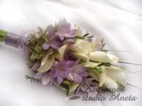 Svatební kytice bílé kaly a lila frézie...