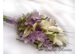 Svatební kytice - žezlo z bílých kal a fialkových frézií se zajímavou aplikací z drátků...1500,-