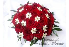 Svatební kytice Marie - rudé růže oživené bílými kvítky a perličkami...1450,-