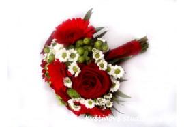 Svatební kytice Romana - květinový mix gerber, růží, třezalky aj. 1150,-