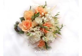 Svatební kytice Lososová - kytice z lososových růží a doplňujících bélých a krémových květů...1450,-