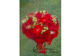 Svatební kytice Karin - luxusní kulatá svatební kytice z rudých velkokvětých a trsových růží, rudého prskyřníku a hyperica...139