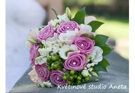 Svatební kytice Jaromíra - kulatá, z pravidelně rozložených růží se štrasovými špendlíky doplněná květy bouwardie, hrachoru...