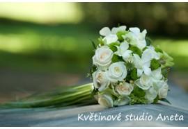 Svatební kytice Medůza - kytice z růží, odrchideí, doplňujících květů a zeleně, s prodlouženými stonky. 1550,-
