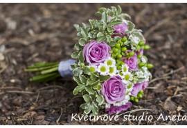Svatební kytice - Cool Water - fialové růže prokládané chryzanémou, třezalkou a zelení. 1100,-