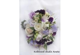 Svatební kytice Jiřina -  kytice z mixu různých odstínů fialové, bílé a krémové. Růže, lathyrus, kaly, eustoma a dolňující zeleň