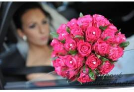 Svatební kytice - kulatá svatební kytice z tmavě růžových růží doplněna štrasovými špendlíky...1290,-