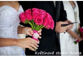 Svatební kytice Kateřina - jednoduchá, větší kulatá svatební kytice z tmavě růžových velkokvětých růží. 1350,-.